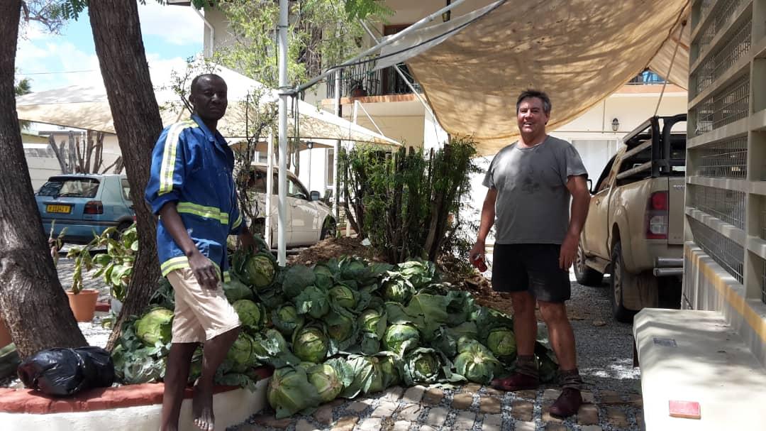 Kohlspende durch Farmer in Gobabis